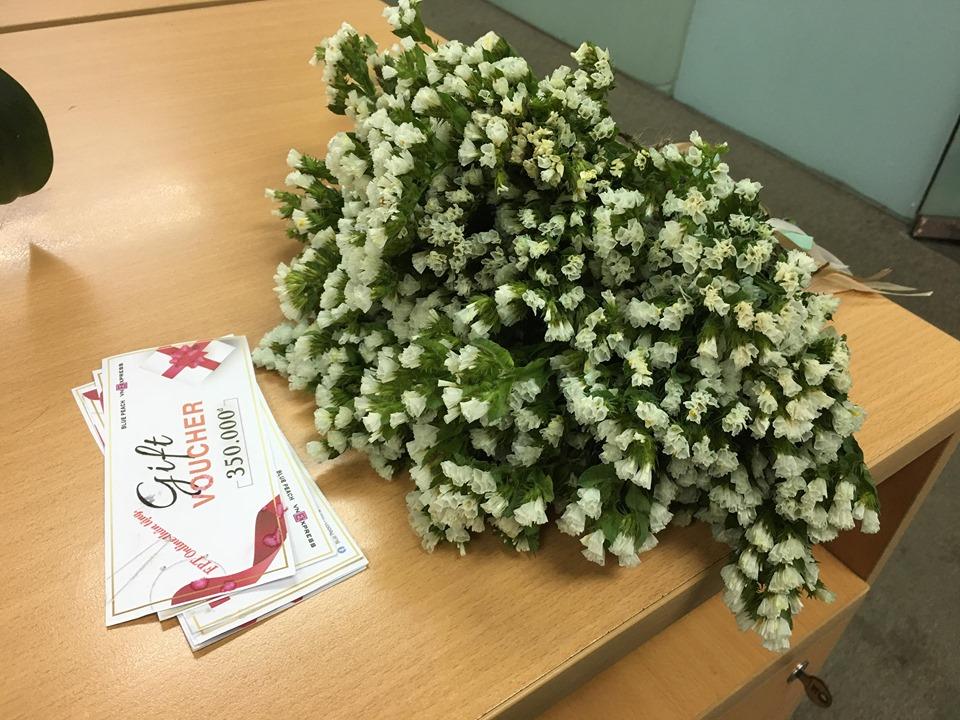Món quà gồm một bó hoa nhỏ và một gift voucher đồ trang sức bạc cho các chị em nhân ngày 20/10.