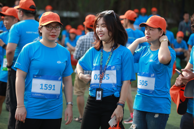 Trước giờ xuất phát các nữ vận động viên cùng giãn cơ và khởi động để tránh chấn thương khi chạy.