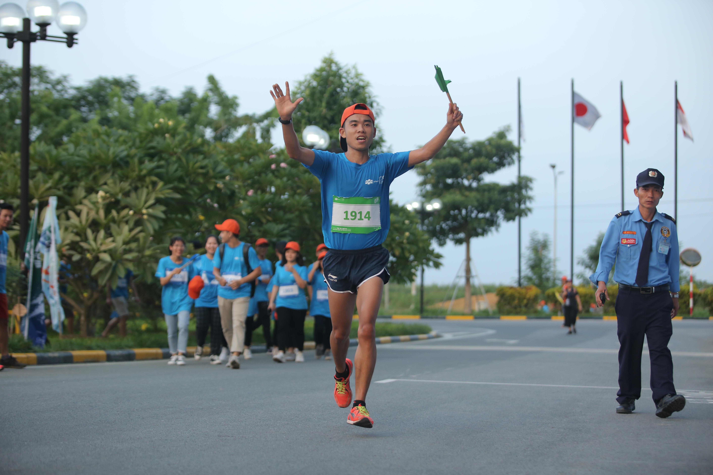 """Người về đích đầu tiên ở cự ly 20 km nam đó là anh Vũ Văn Sơn. Vô địch cuộc đua chia sẻ: """"Để có thể chạy tốt ở cự ly chạy đường dài, điều quan trọng nhất đó chính là phải có ý chí và nghị lực, chăm chỉ luyện tập hàng ngày và ăn uống điều đọ đề có một cơ thể khỏe mạnh"""". Trong khi đó, với 1h49p, chị Nguyễn Thị Tuyết Mai, SSC Hoà Lạc thuộc nhà Phần mềm giành giải Nhất nữ cự ly 20km."""