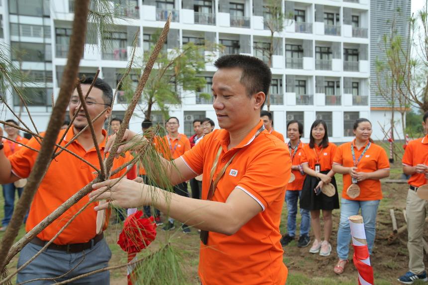Tại đây trồng hơn 100 cây thông, cây hoa ban để phù hợp với khuôn viên của trường.