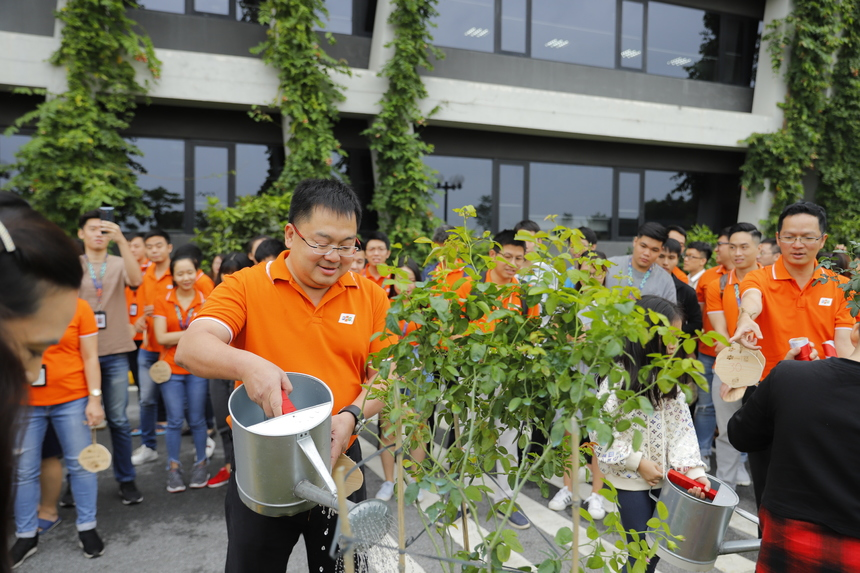 Ở khu vực F-Ville, dẫn đoàn trồng cây là Chủ tịch FPT SoftwareHoàng Nam Tiến vàCOO FPT SoftwareTrần Đăng Hòa cùng hơn 50 CBNV FPT Software từ nhiều đơn vị bộ phận đã di chuyển đến khuôn viên F-Ville để trồng cây.