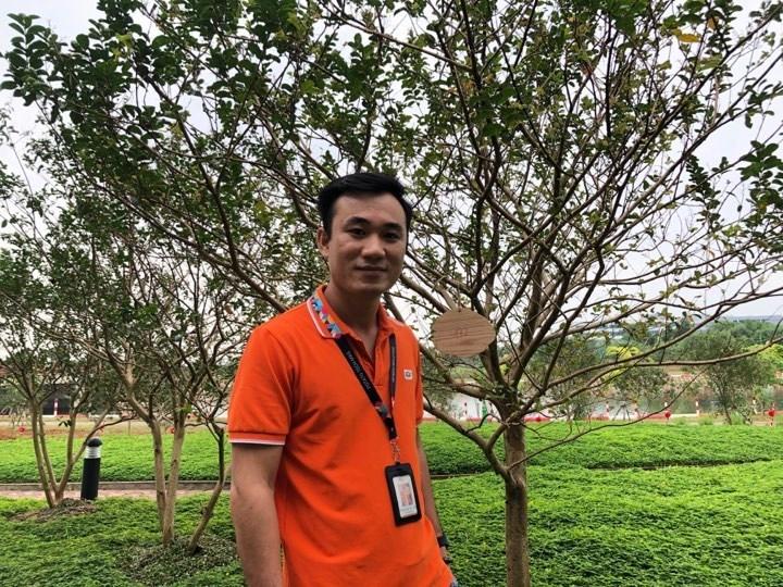 """Sau khi trồng cây xong, CBNV đã gắn lên cây bảng tên của mình, hân hoan trong niềm vui hòa chung với không khí náo nhiệt của lễ hội, anh Lương Tuấn Tú (SCC.HL) chia sẻ: """"Tôi cảm thấy rất vui khi tham dự lễ trồng cây ngày hôm nay, nó có ý nghĩa rất lớn đối với công ty, và bên cạnh đó còn mang lại ý nghĩa rất lớn đối với cộng đồng. Việt Nam hiện nay đang đối mặt với ô nhiễm không khí, ô nhiễm nguồn nước bởi vậy mà hoạt động ngày hôm nay đóng góp giá trị lớn trong việc bảo vệ môi trường""""."""