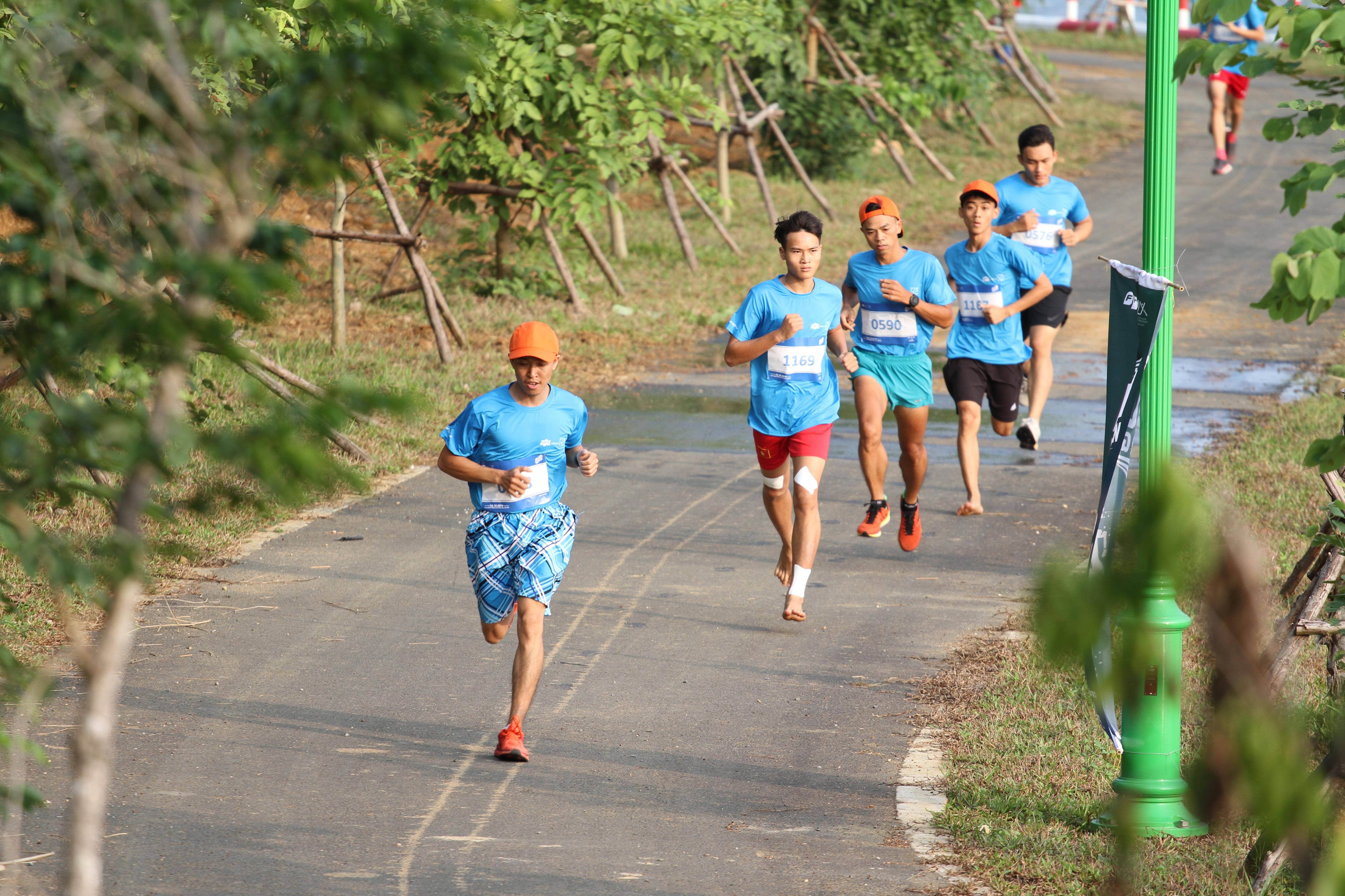 Có khoảng 1.400 vận động viên chạy ở cự ly 5km tương đương với một vòng hồ Tân Xã – Khu Công Nghệ cao, Hòa Lạc.