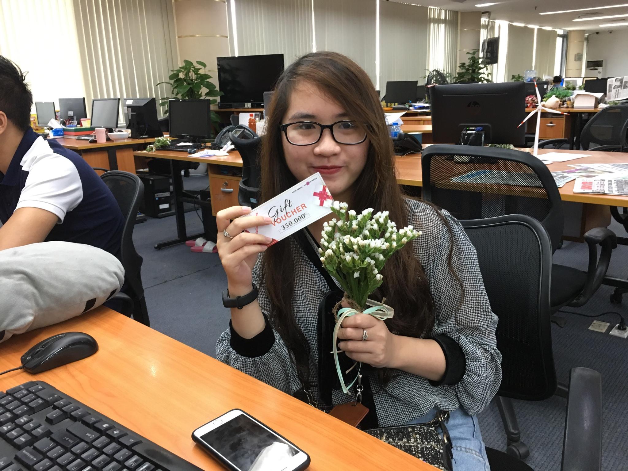 Chị Phạm Ngọc Ánh, Ban Thế giới, hào hứng với khoe món quà vừa nhận được.