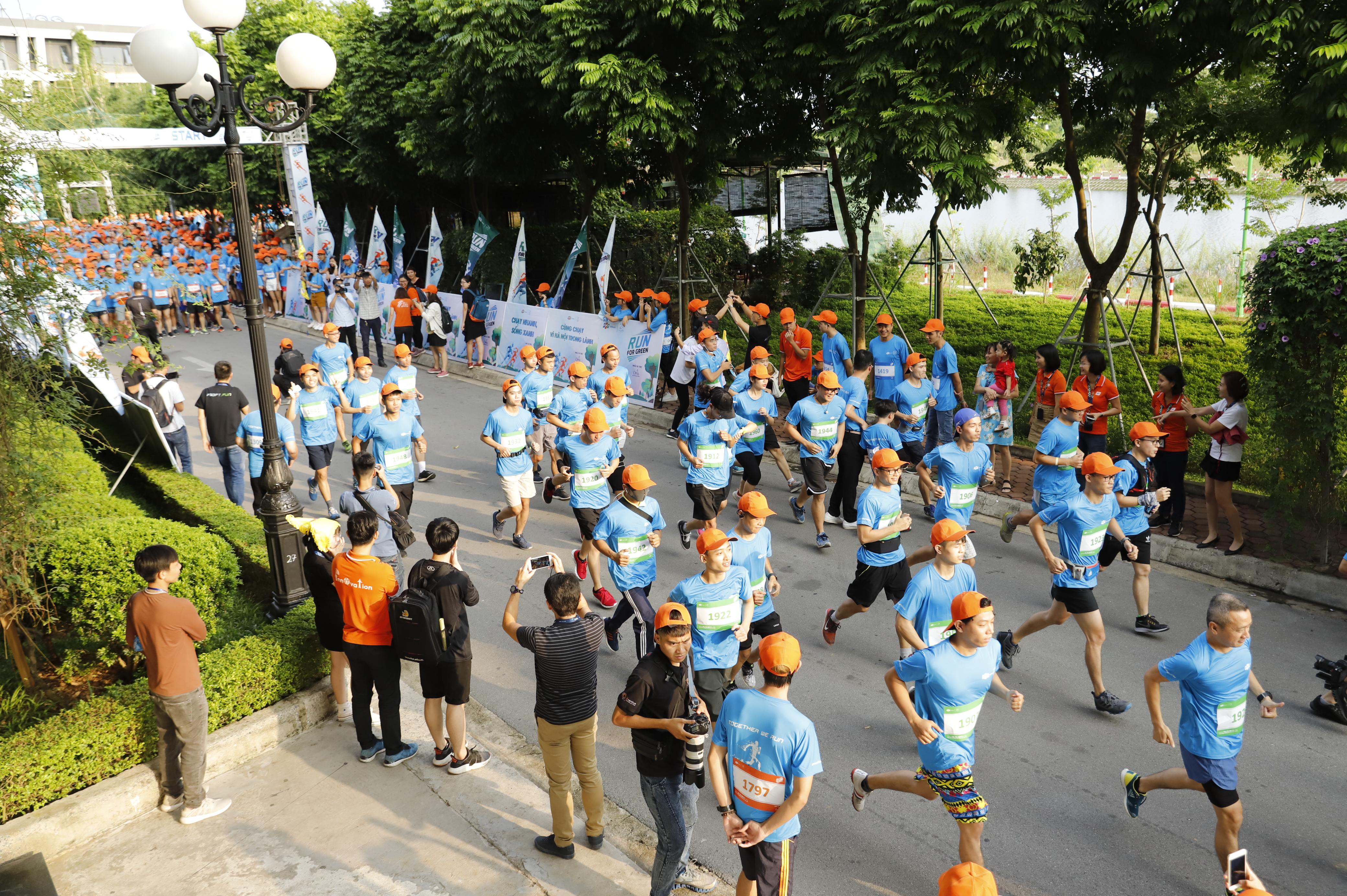 Runners bắt đầu hành trình chinh phục các cự ly trong không khí tưng bừng và náo nhiệt.