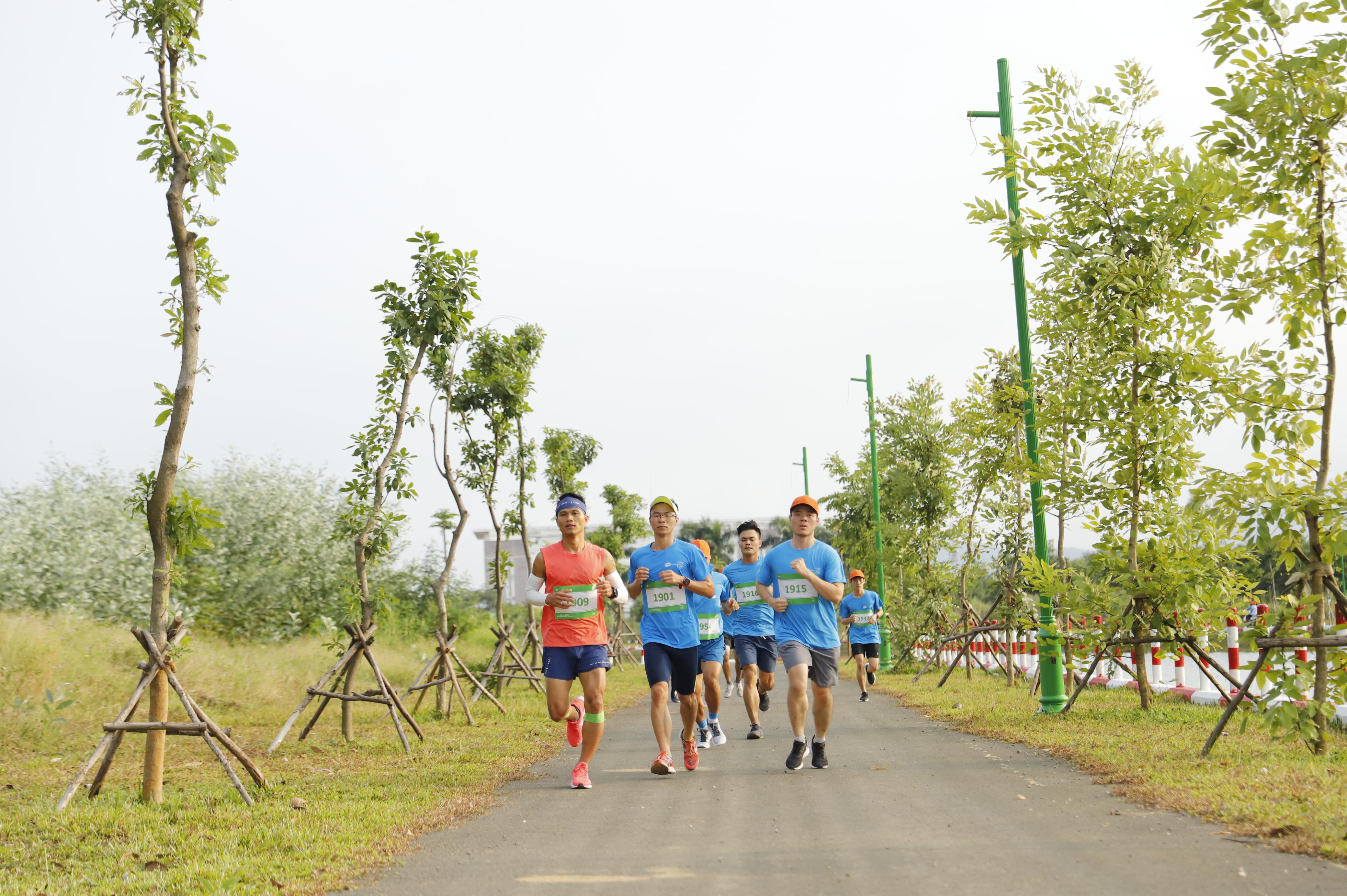 """Với thông điệp chạy vì một Hà Nội trong lành, người FPT cùng cộng đồng CNTT Hà Nội đã cùng giao lưu với nhau, chia sẻ với nhau kinh nghiệm chạy với những chân chạy """"đáng gờm"""" nổi tiếng nhà F. Bên cạnh đó, giải Marathon được tổ chức tại F-Ville Hòa Lạc, nơi được mệnh danh là """"thung lũng xanh"""" giưa lòng Hà Nội, các runner còn được ngắm nhìn cung đường đẹp và xanh mát nhất F-Ville."""