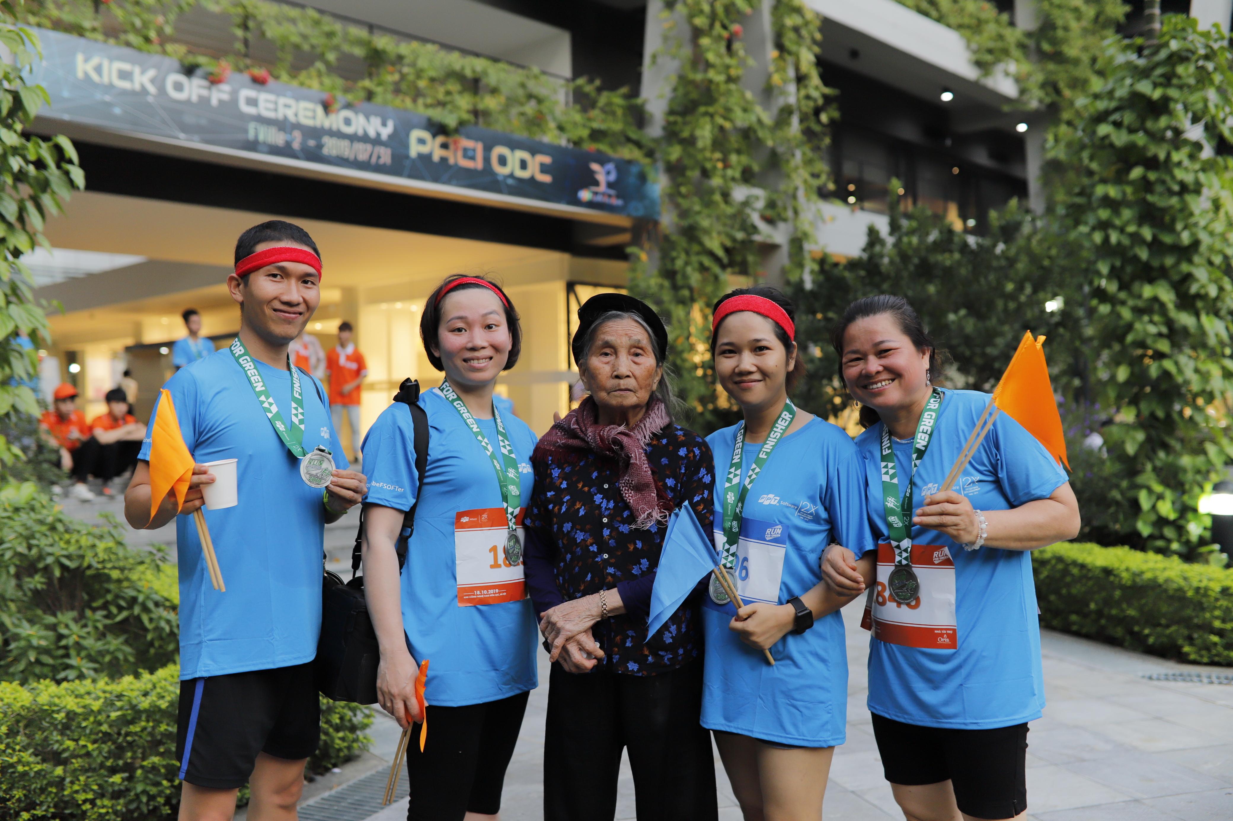 Đại gia đình 3 thế hệ tham gia giải Marathon Run For Green của FPT Software.