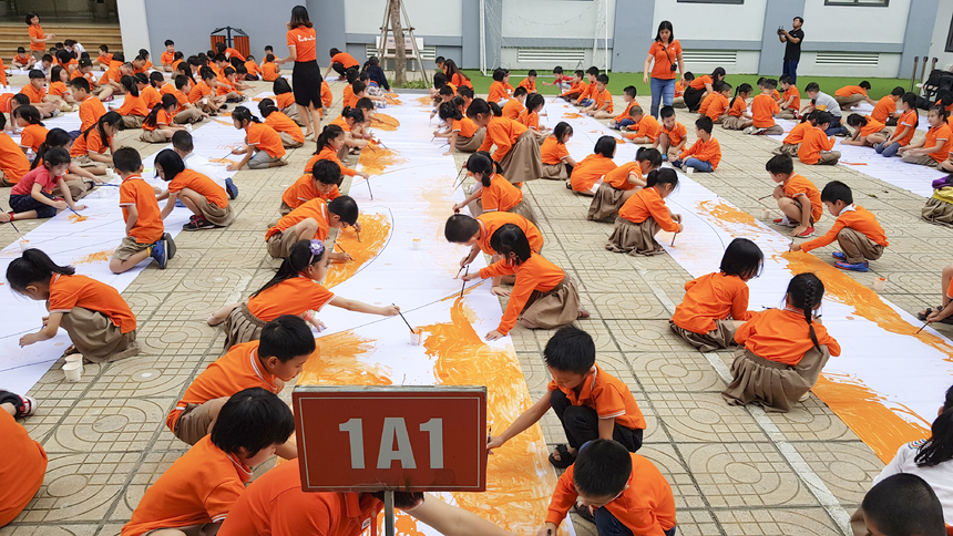 Sân trường FSchools Cầu Giấy tràn ngập tiếng cười nói rộn ràng và được phủ kín bằng màu cam rực rỡ.