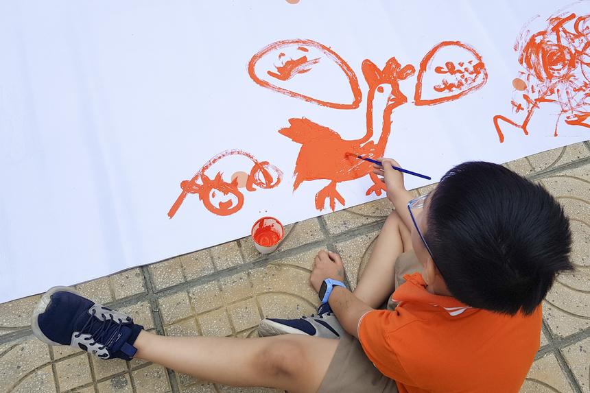 Tiếng nhạc du dương khiến tinh thần sáng tạo nghệ thuật của họa sĩ nhí Hải Phong (lớp 2A2) dâng cao.
