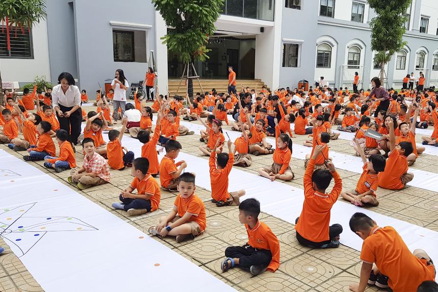 Thông qua động chung tay vẽ nên bức tranh với thông điệp ý nghĩa, các học sinh thể hiện quyết tâm và cam kết góp sức vì một môi trường sống xanh hơn, sạch hơn.