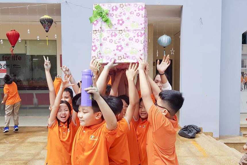 """Chị Nguyễn Linh Chi - giáo viên chỉ nhiệm lớp 4A1cho rằng đây là một hoạt động rất bổ ích để khép lại chuỗi hoạt động """"hành tinh xanh"""": """"Ngay từ khi bắt đầu dự án các con được học cách ý thức hơn trong việc bảo vệ môi trường. Hoạt động vẽ tranh đã tổng kết toàn bộ quá trình, giúp các con tăng tính tập thể, đồng thời hiểu rõ hơn ý nghĩa của chương trình"""". Chị Linh Chi cũng chia sẻ thêm, thời gian vừa qua, trường Tiểu học và THCS FPT Cầu Giấy còn có nhiều chương trình khác vì môi trường như thu gom pin, dùng chai nhựa làm đồ tái chế, trồng cây ở các hành lang trong trường..."""