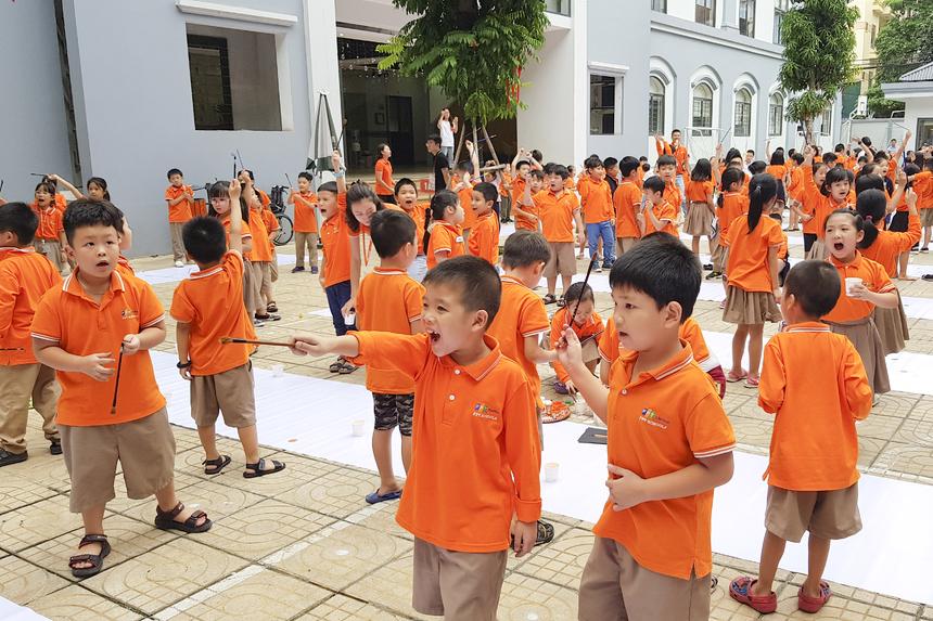 Hàng trăm học sinh hào hứng tham gia vào hoạt động thú vị này.
