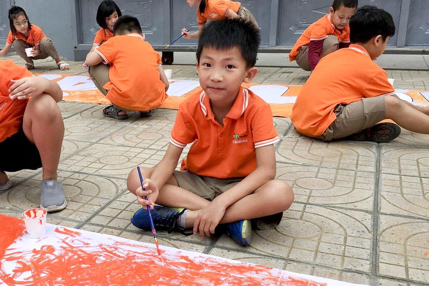 """Lê Thành An lớp 2A2 hào hứng: """"Ở nhà con hay vẽ tranh nên con rất thích khi được tham gia hoạt động ngày hôm nay ạ."""""""