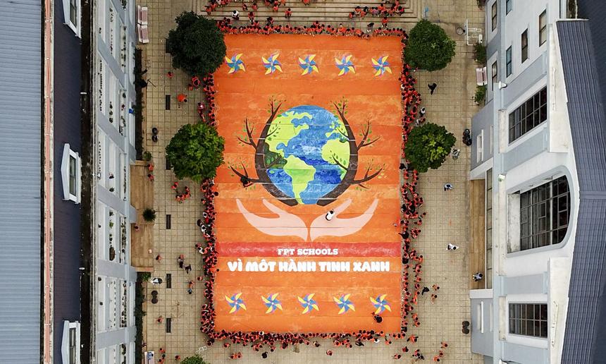 Bức tranh với kích thước 20mx13m đã được hoàn thành bởi chính bàn tay của các học sinh Tiểu học FPT.