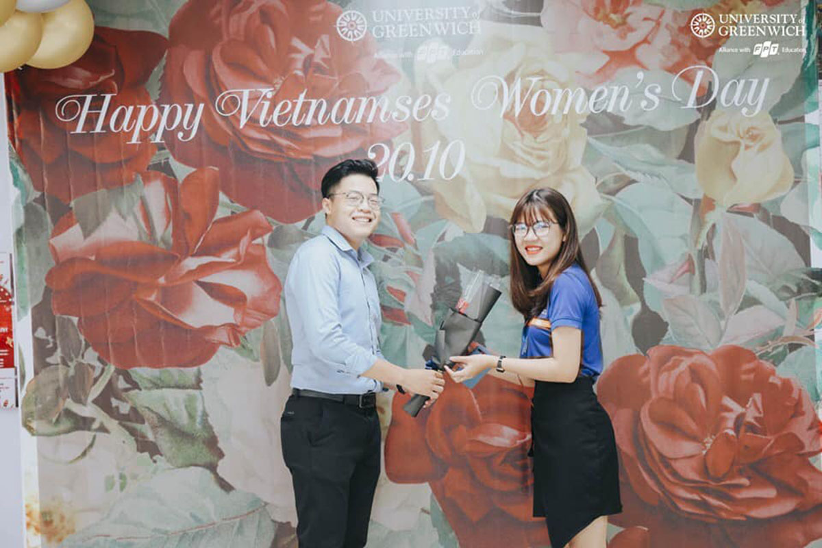 ĐH Greenwich (Việt Nam) tại Đà Nẵng cũng rộn ràng với chương trình Happy Vietnamses Women's Day. Những lời chúc yêu thương và bông hoa tươi thắm cũng được gửi tặng đến các nữ đồng nghiệp.
