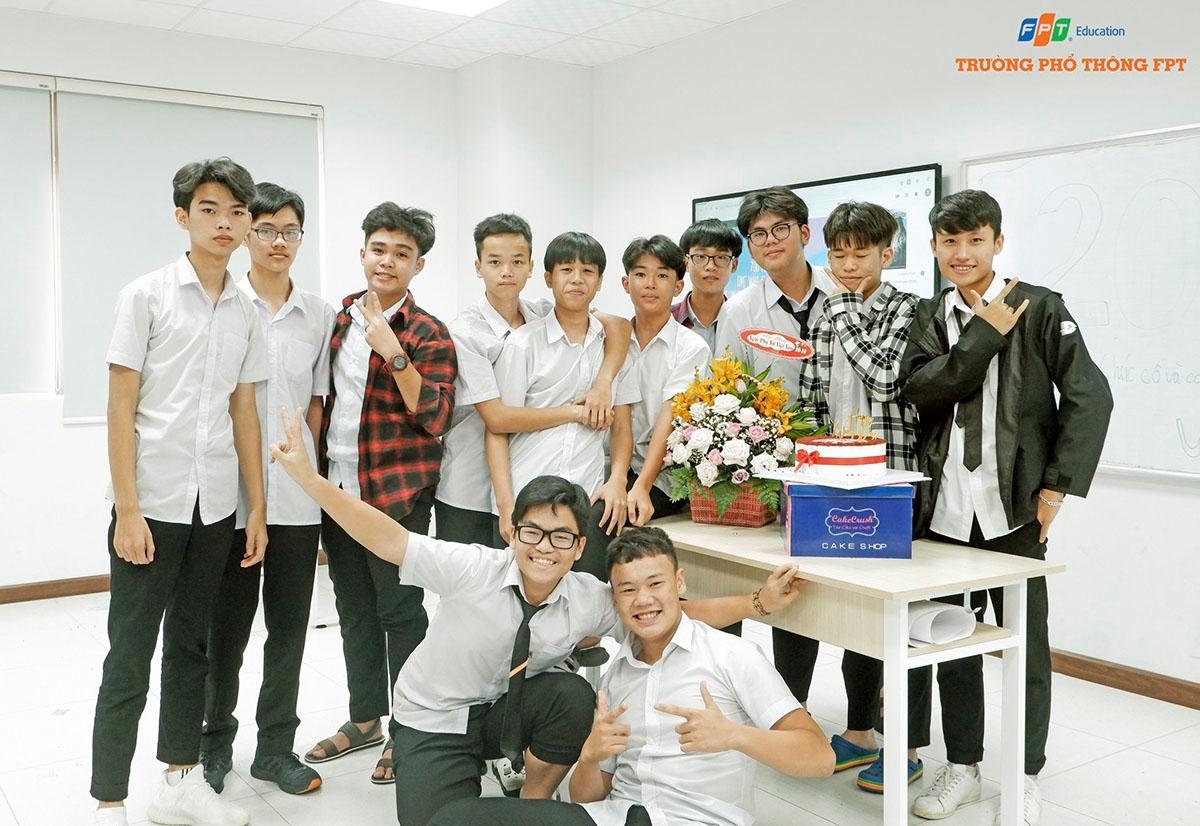 Khối THPT FPT tại Đà Nẵng cũng sôi động không kém. Các em học sinh cũng dành nhiều bất ngờ cho cán bộ, giáo viên lẫn bạn nữ trong lớp. Các nam sinh có mặt từ rất sớm để chuẩn bị và lên ý tưởng để tạo bất ngờ cho phái đẹp của nhà trường...