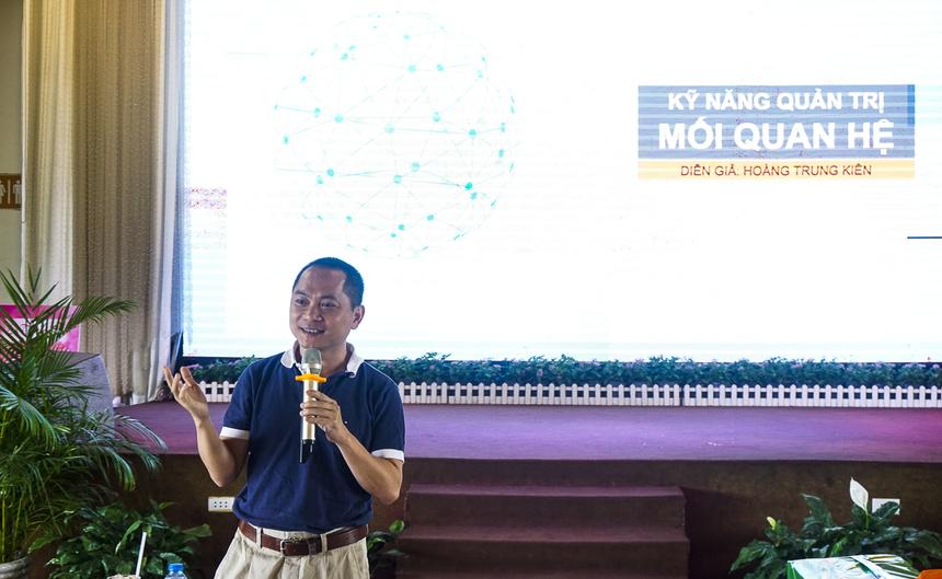 """Chiều18/10, 'Hành trình 36h' - Tổng kết chương trình đào tạo """"Nâng tầm trưởng phòng kinh doanh 2019"""" FPT Telecom phía Nam đi đến những hoạt động cuối cùng - Leader talk và công bố kết quả chung cuộc. Với bài giảng chủ đề """"Quản trị mối quan hệ"""", anh Hoàng Trung Kiên - PTGĐ FPT Telecom đã chia sẻ những lợi ích từ xây dựng và duy trì mối quan hệ và cách thức thiết lập mối quan hệ với các trưởng phòng kinh doanh trong khuôn khổ chương trình 'Hành trình 36h'. Anh Hoàng Trung Kiên nhất mạnh việc xây dựng mối quan hệ giúp tạo ra những cơ hội mới, trao đổi những ý tưởng, giải quyết các câu hỏi không thể """"tra Google"""" và các mối quan hệ cũng là các kênh tiếp thị bản thân hiệu quả. Để thiết lập mối quan hệ hiệu quả, bí quyết anh Kiên đưa ra là đối xử tốt với chính mình bằng suy nghĩ tích cực, thật sự dành thời gian để đầu tư vào các mối quan hệ, chấp nhận sự khác biệt từ mọi người và đối xử với người khác như cách mình muốn."""