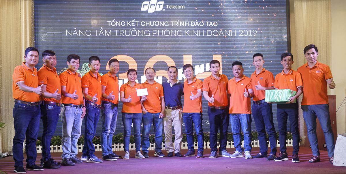 Sau buổi đào tạo, kết quả chung cuộc 'Hành trình 36h' đã được công bố. Anh Hoàng Trung Kiên trao giải Nhất trị giá 3,5 triệu đồng cho đội 3.