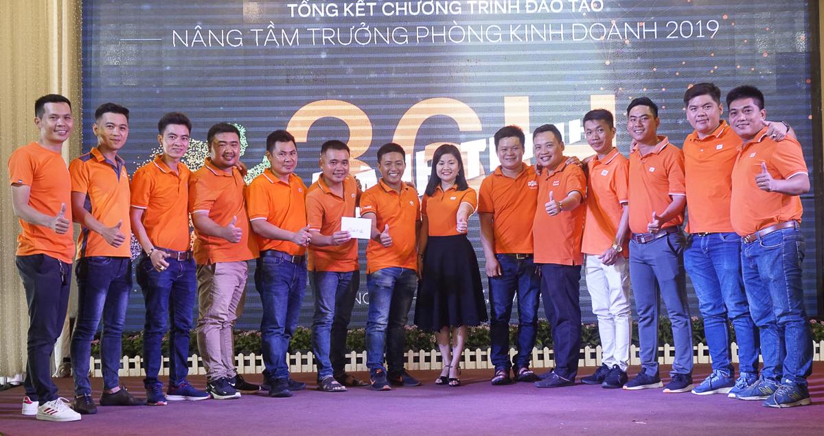 Chị Trần Hạnh Dung - PGĐ Trung tâm Đào tạo FPT Telecom trao giải Nhì trị giá 2,5 triệu đồng cho đội 5.