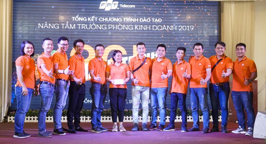 Chị Nguyễn Phúc Hồng Duyên - Trưởng phòng Đào tạo FPT Telecom HCM (bên trái) trao giải 3 trị giá 1,2 triệu đồng cho đội 4.