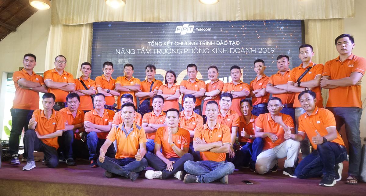 Trưởng phòng kinh doanh các Vùng 4-5-6-7 và Opennet (FPT Telecom Campuchia)tham gia 'Hành trình 36h' chụp hình lưu niệm.