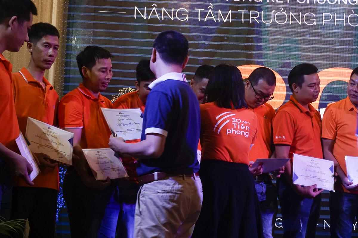Lãnh đạo FPT Telecom trao chứng chỉ hoàn thành khóa đào tạo cho các thành viên tham gia.