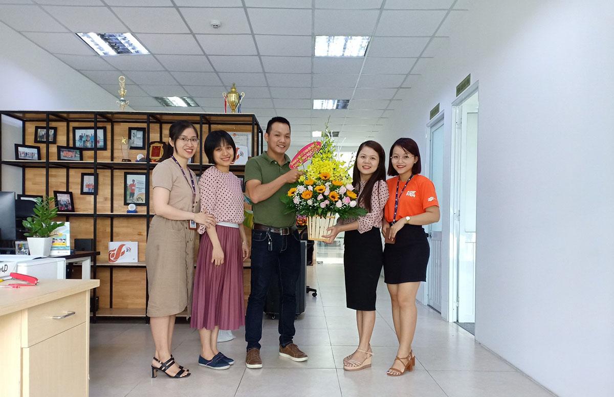 Các chi nhánh FPT Telecom Vùng 4 (miền Trung - Tây Nguyên) cũng rộn ràng không kém. Chi nhánh Đà Nẵng dành tặng bất ngờ cho phái đẹp bằng những bông hoa tươi thắm và tiệc nhẹ thân mật.