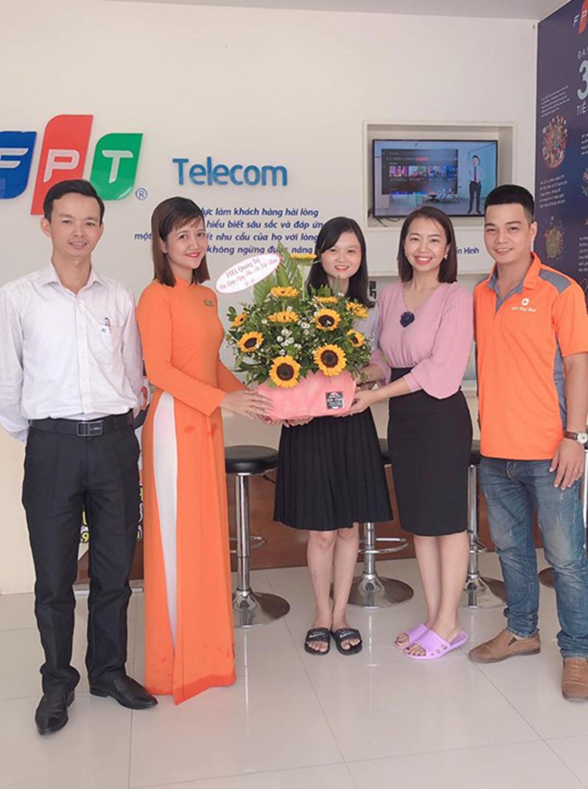 """""""Một nửa thế giới"""" của nhà FPT Telecom Quảng Trị xúng xính những bộ cánh đẹp nền nã trong ngày đặc biệt của năm."""