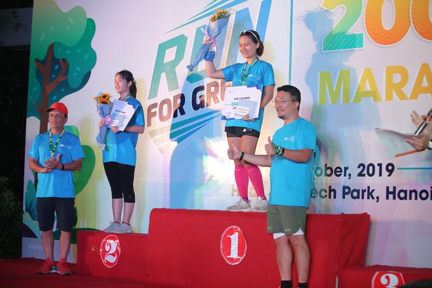 Cạnh đó giải nhất nữ cự ly 5 km, 10 km và 20 km lần lượt thuộc về Nguyễn Thị Chuyên (THPT Yên Phong I), Nguyễn Thị Hiền Phương (JAS Việt Nam) và Nguyễn Thị Tuyết Mai (FPT Software). Trong đó chị Mai là chân chạy nổi tiếng nhà F, từng chinh phục thành công 70 km đường núi trong giải marathon tổ chức tại Sapa mới đây. VĐV nhà F Nguyễn Thị Thùy Linh (FPT Software) về thứ ba ở đường chạy 20km nữ. Ngoài giải nhất, BTC trao giải nhì và ba các cự ly cho nam và nữ. Trong tổng số 18 đầu mục giải thưởng, chỉ có 2 giải thuộc về VĐV người FPT.
