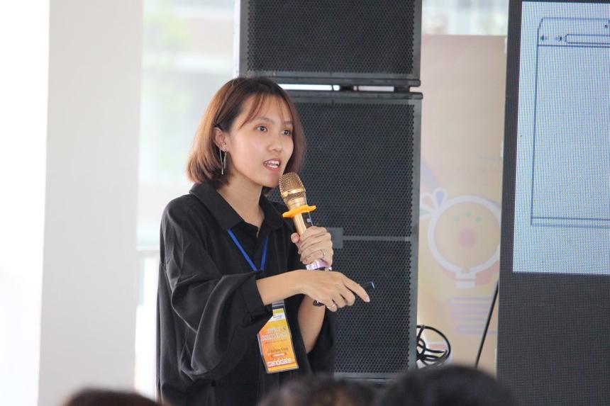 Các nhóm lần lượt thuyết trình bảo vệ sản phẩm của mình cũng như giải thích thông điệp những ý nghĩa giúp cho BGK và người nghe thêm hiểu và yêu thích sản phẩm của nhóm.