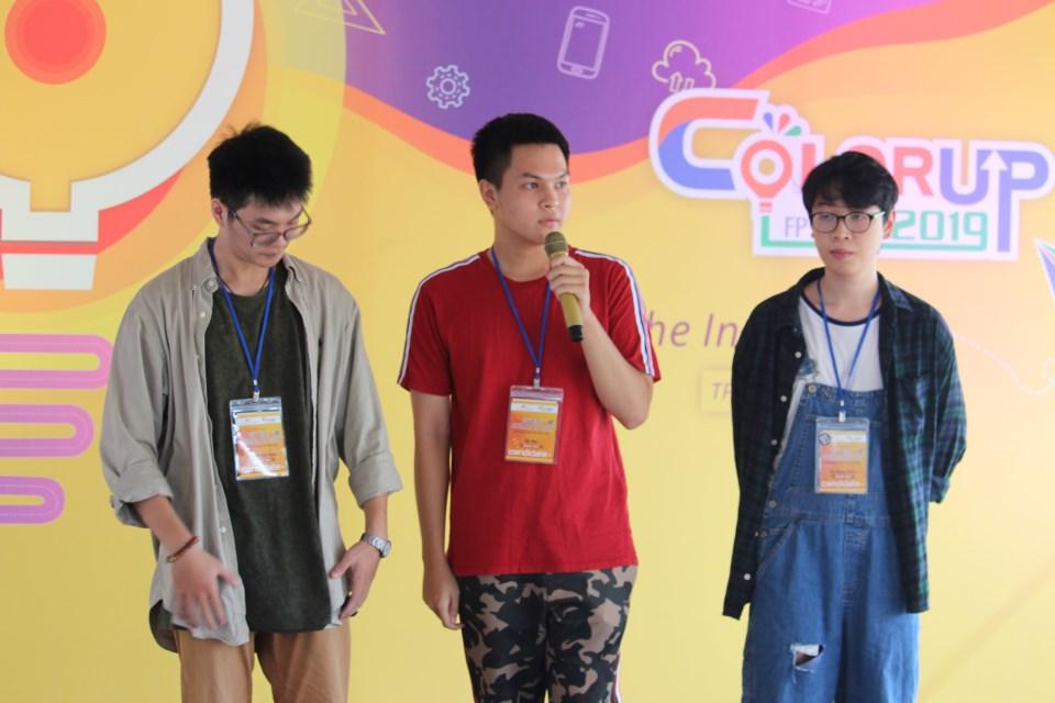 3 chàng trai nhóm Elastic Hurt thuyết trình về sản phẩm cùng tên.