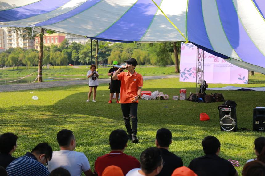 Mở đầu cho chương trình là tiết mục ca nhạc cây nhà lá vườn do anh Phan Văn Sơn thể hiện với bài hát 'Em của ngày hôm qua'.