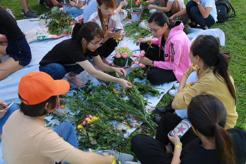 Còn các chị em sẽ cắm hoa cho đội mình. Sau khi hoàn thành, mỗi đội sẽ trình bày về nội dung của món ăn và lãng hoa.