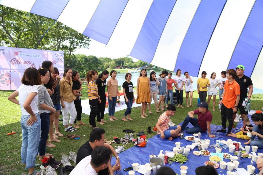 Phần thi ai uống bia nhanh hơn thu hút đông đảo chị em tham gia. Ban tổ chức sẽ chọn ra 5 người uống nhanh đầu tiên sẽ nhận tiền thưởng 100.000 đồng cũng như khuyến khích và động viên tinh thần chị em.