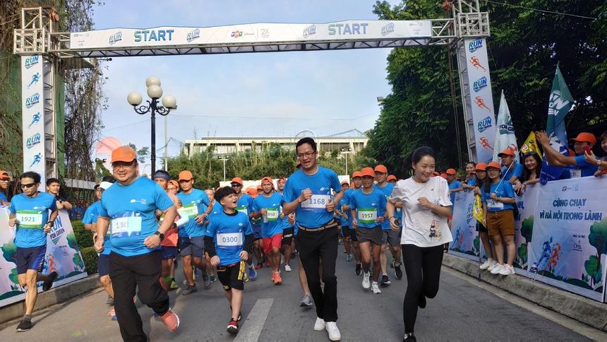 Hơn 16h, giải chạy được bắt đầu. anh Hoàng Nam Tiến, COO FPT Software Trần Đăng Hòa và con trai dẫn đầu đoàn chạy. Ngoài ra trong nhóm VĐV 5km có GĐ Tài chính Nguyễn Khải Hoàn. Trong quá khứ, anh Khải Hoàn từng bị vỡ mắc cá nhân.