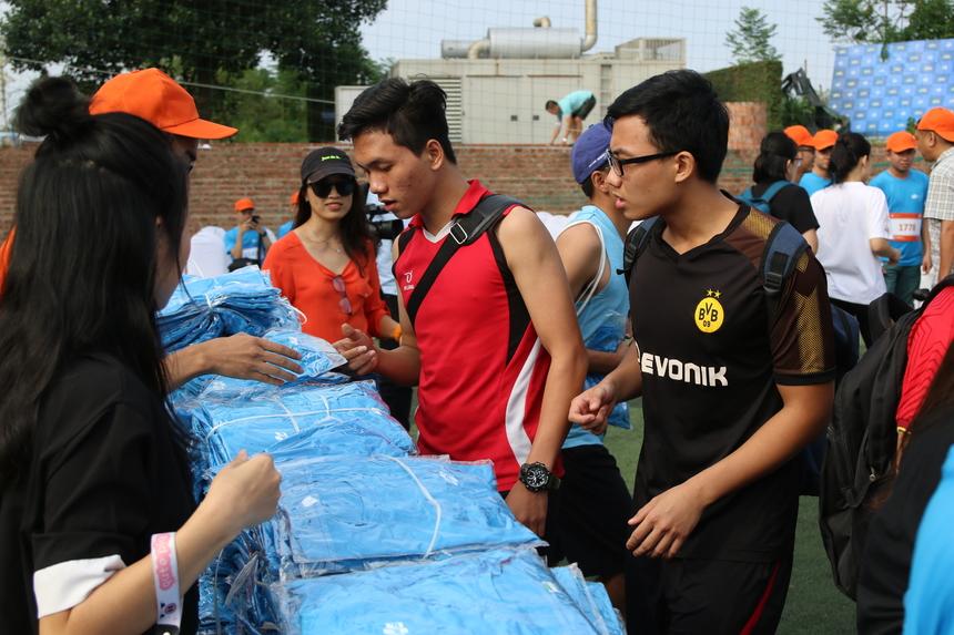 Chiều 18/10, giải Run For Green mở rộng diễn ra tại khuôn viên F-ville, cách trung tâm Hà Nội khoảng 40 phút di chuyển. Từ 15h30, xe chở gần 2.000 VĐV từ Hà Nội di chuyển đến Làng phần mềm F-Ville Hòa Lạc, cách đó 30 km để tham gia giải chạy. Đây là giải chạy kết nối cộng đồng công nghệ thông tin Việt Nam, phát động bởi FPT Software.