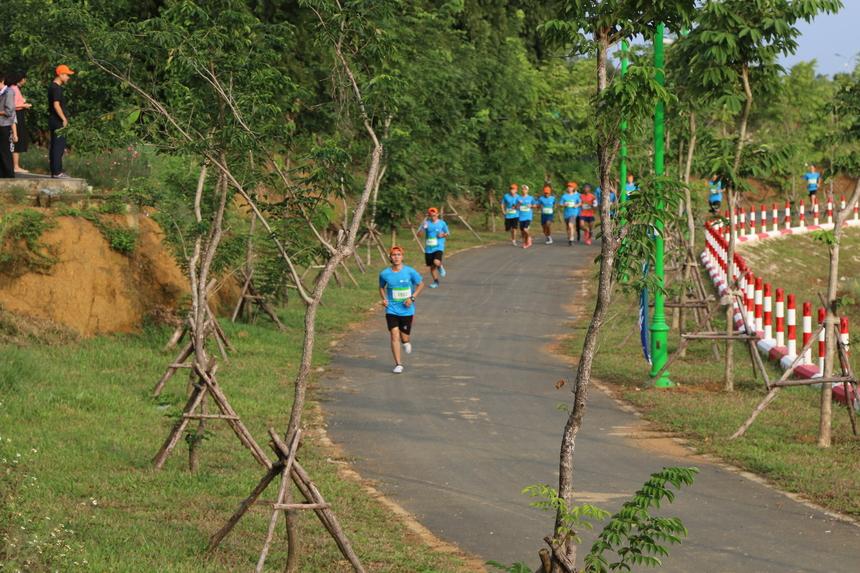 Thời tiết mát mẻ, không khí trong lành rất thuận lợi cho VĐV chạy. VĐV chạy cự ly 10 km và 20 km thực hiện những kỹ thuật chạy chuyên nghiệp, chạy đều giữ sức cho cả quãng đường dài.