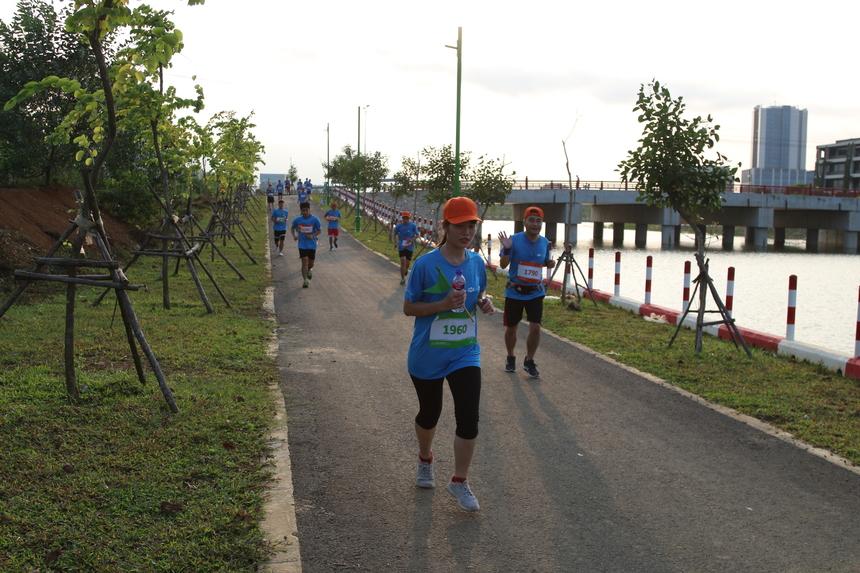 Trong ảnh là nữ VĐV hiếm hoi đăng ký cự ly 20 km.