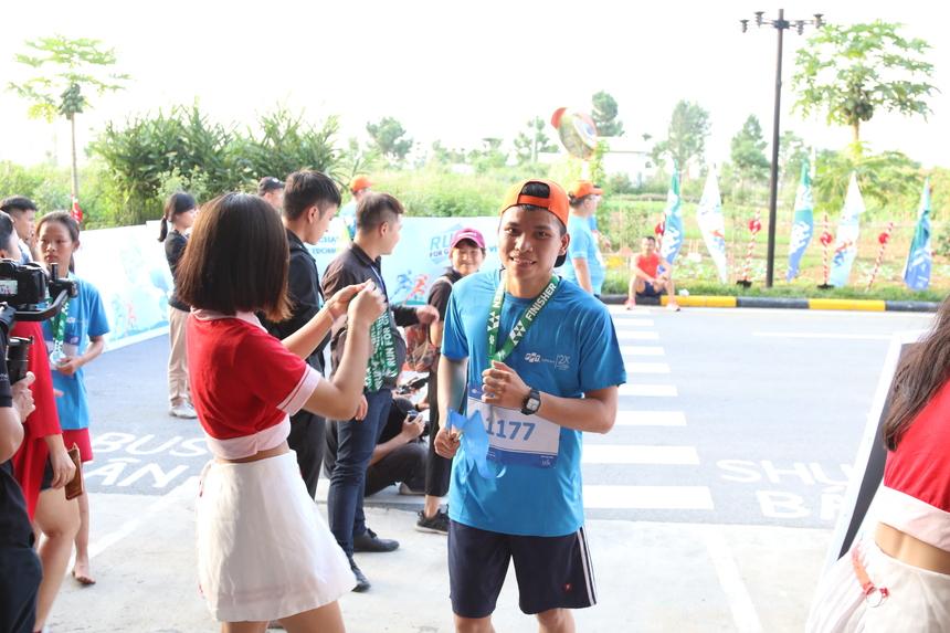 Mỗi VĐV hoàn thành sẽ nhận một huy chương của BTC. Sau chưa đầy 20 phút, anh Nguyễn Trung Đức (ĐH Công nghệ Hà Nội) hoàn thành đường chạy của mình, là VĐV đầu tiên chinh phục cự ly 10 km. Anh Phùng Minh Tuấn (Gosa) về nhất ở cự ly 5km. Sau hơn 1 tiếng, anh Vũ Văn Sơn (Ninh Bình) là người đầu tiên hoàn thành cự ly 20 km.