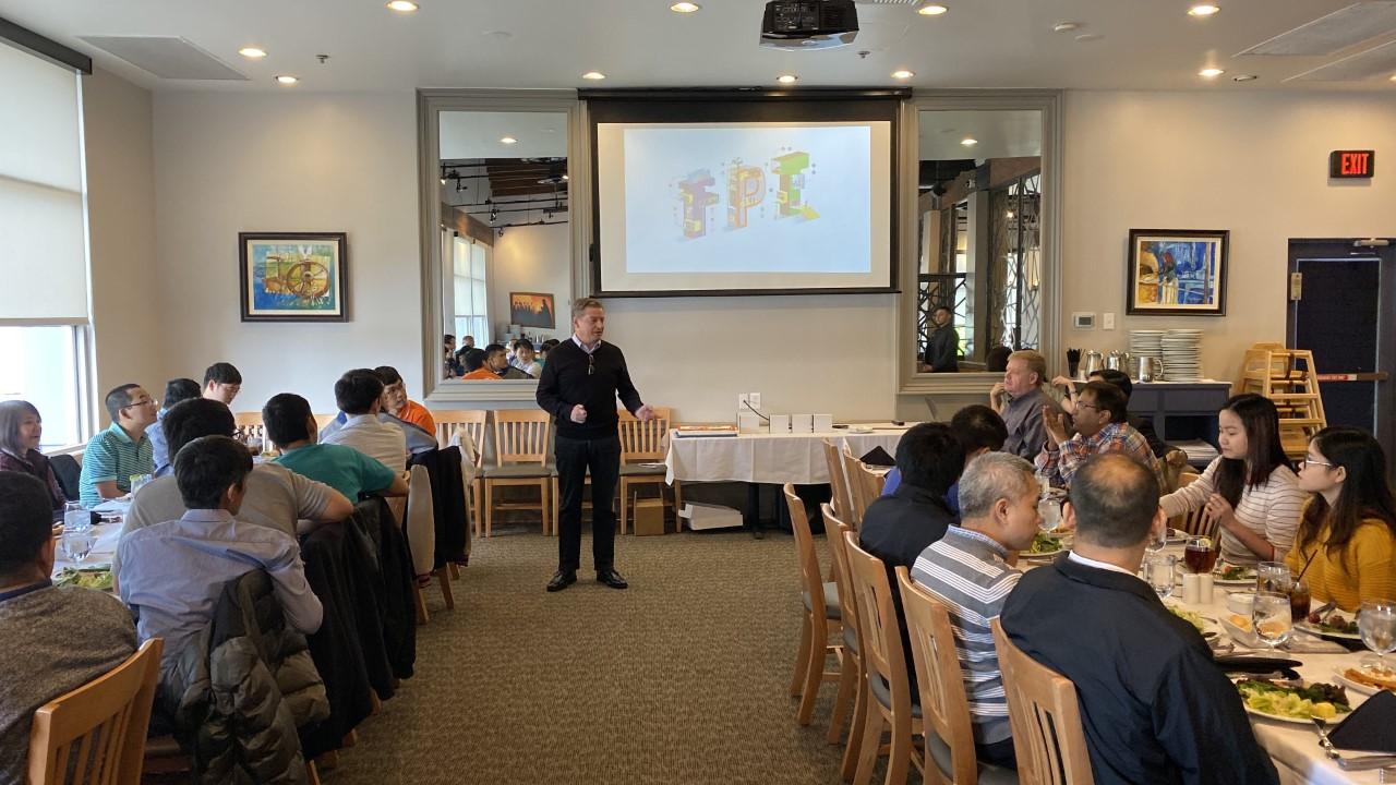 Tại Dallas, COO FPT Mỹ Martin Geiger chủ trì bữa tiệc cho CBNV.