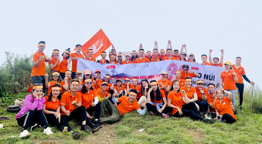Khoảnh khắc đoàn tuyển sinh ĐH FPT toàn quốc cùng nhau giăng cờ trên đỉnh.