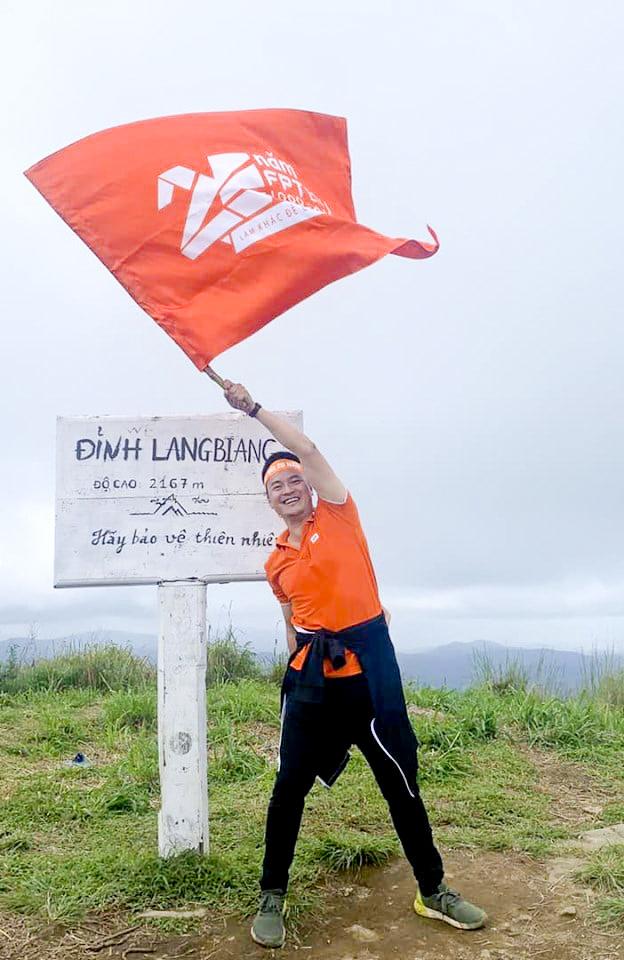 Sau khoảng 3 tiếng cùng động viên nhau để không ai bỏ cuộc, đoàn tuyển sinh toàn quốc đã lên tới đỉnh núi Langbiang. Trưởng ban Tuyển sinh ĐH FPT Nguyễn Hùng Quân vẫy cờ FPT Education đánh dấu cuộc chinh phục thành công của cả tập thể.