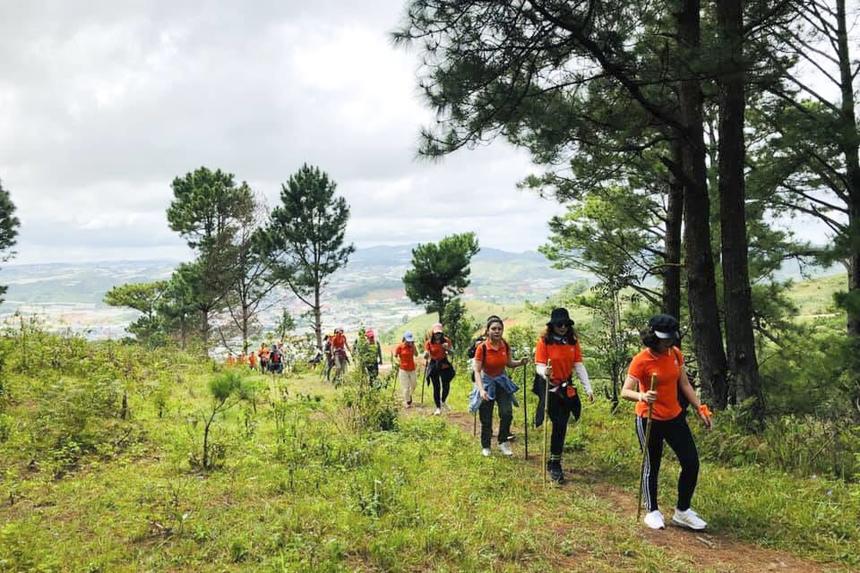 52 thành viên của ban tuyển sinh ĐH FPT từ HN và TP HCM đã hội tụ ở Đà Lạt để cùng nhau leo núi Langbiang. Thời gian gấp và số lượng đông nên đoàn tuyển sinh chọn cách đặt tour. Như vậy sẽ đảm bảo an toàn cho mọi người bởi Langbiang có nhiều đoạn đường rừng cần người dẫn đường.