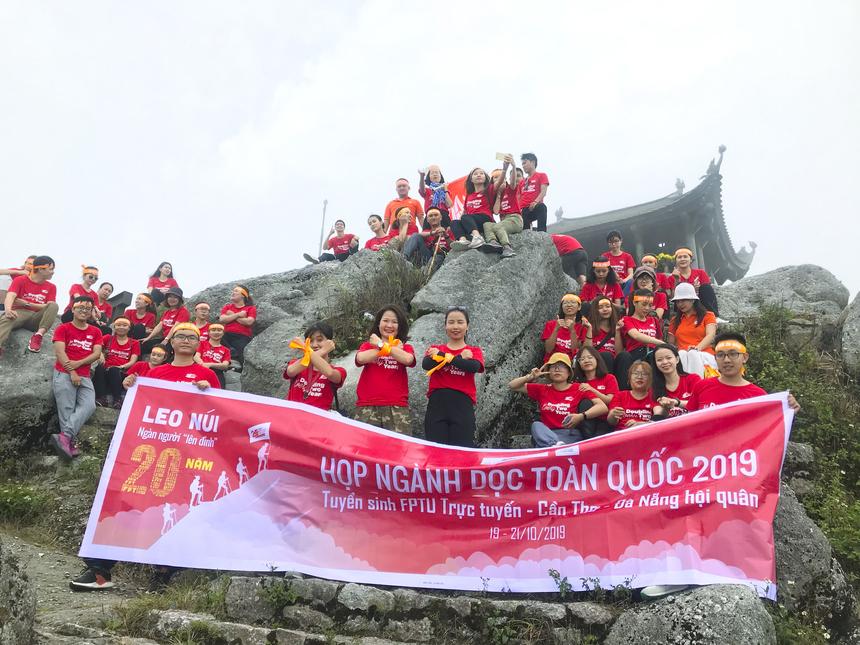 """Sau hơn 3,5 giờ, cả đoàn đã lên tới đỉnh Yên Tử và cùng nhau ghi lại khoảnh khắc đẹp này. Sắp tới, còn gần 40 đoàn khác của Tổ chức Giáo dục FPT sẽ """"ra quân"""" cùng nhau chinh phục 3 đỉnh núi Yên Tử, Bà Đen và Langbiang."""