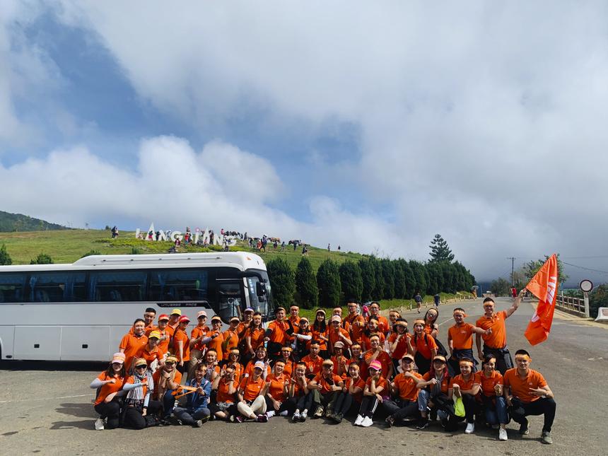Nằm trong chuỗi chương trình kỷ niệm 20 năm thành lập, FPT Education tổ chức chương trình leo núi kết hợp họp ngành dọc cho cán bộ giảng viên (CBGV) trên toàn quốc. Ngày 19/10, những thành viên đầu tiên của nhà Giáo dục đã bắt đầu hành trình chinh phục một trong 3 đỉnh núi Yên Tử, Bà Đen và Langbiang.