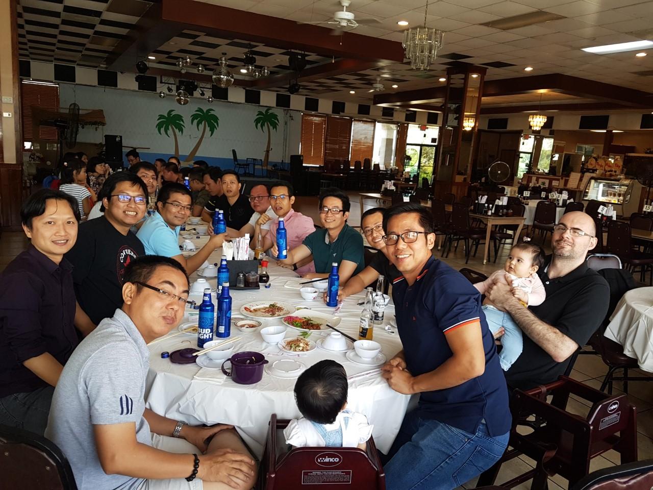 Mới đây, hơn 200 CBNV FPT Mỹ (FAM) tại 11 site toàn cầu đã cùng tổ chức nhiều hoạt động mừng sinh nhật lần thứ 11. Trong ảnh, CBNV FPT tại Houston và gia đình cùng ăn mừng công ty.