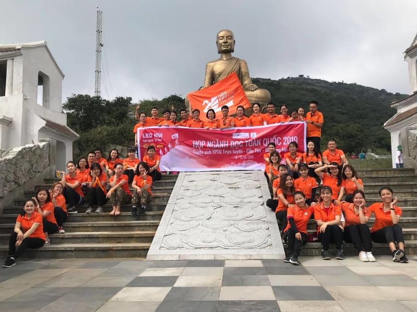 """Trước khi xuống núi, cả nhóm cùng xếp thành chữ """"FE"""" trên đỉnh Yên Tử."""