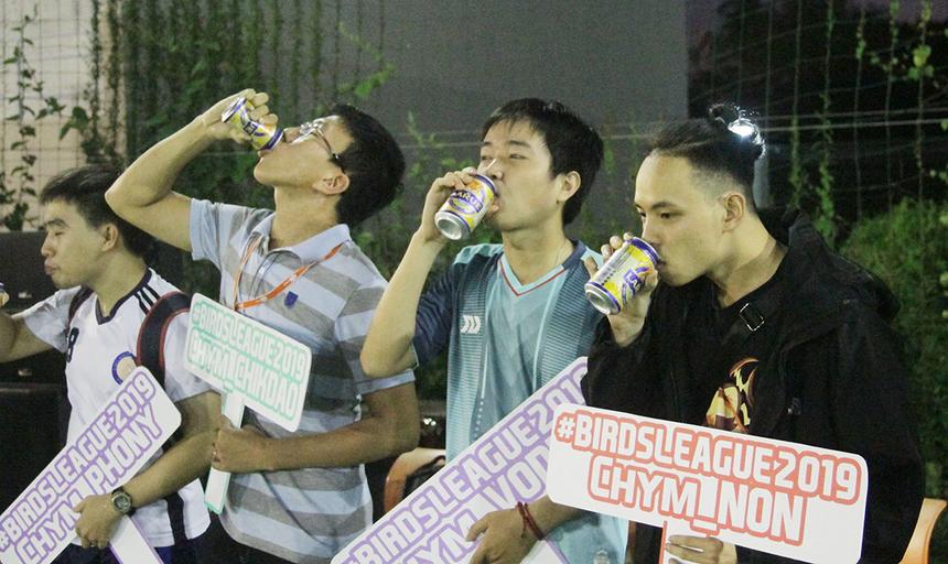 Trở thành văn hóa, lãnh đạo cùng 32 đội trưởng uống hết một lon bia để thể hiện quyết tâm nâng cao tinh thần chiến đấu cho các đội bóng.