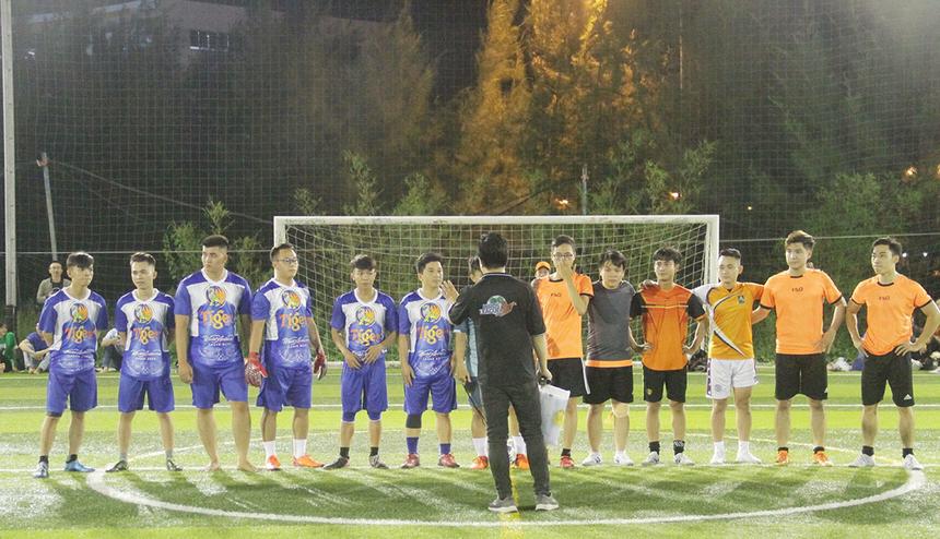 Anh Trần Quang Tiến, Trưởng Ban tổ chức Birds League 2019, nhắc một số điều lệ để cầu thủ hai đội nắm trước khi thi đấu. Đáng chú ý nhất là việc các cầu thủ thi đấu trên sân 6 người nhưng vẫn áp dụng luật sân 5.