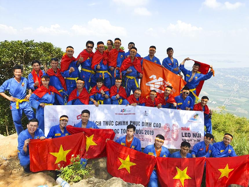 Đoàn giáo dục thể chất giương cao lá cờ Tổ quốc trên đỉnh núi Bà Đen.
